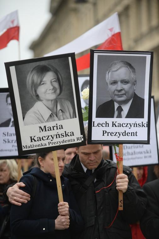 """Przewodnicząca stowarzyszenia """"Solidarni 2010"""" Ewa Stankiewicz i jej mąż Glenn Jorgensen, podczas V Marszu z portretami"""