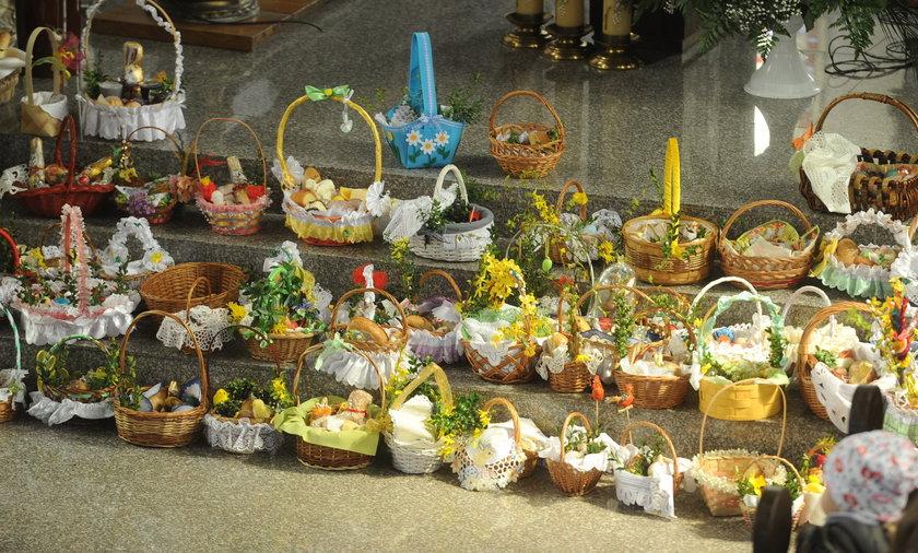 Większość Polaków chce zamknięcia kościołów na święta, a rząd nie wyklucza wprowadzenia obowiązku wykonania tradycyjnych święceń pokarmów na świeżym powietrzu.