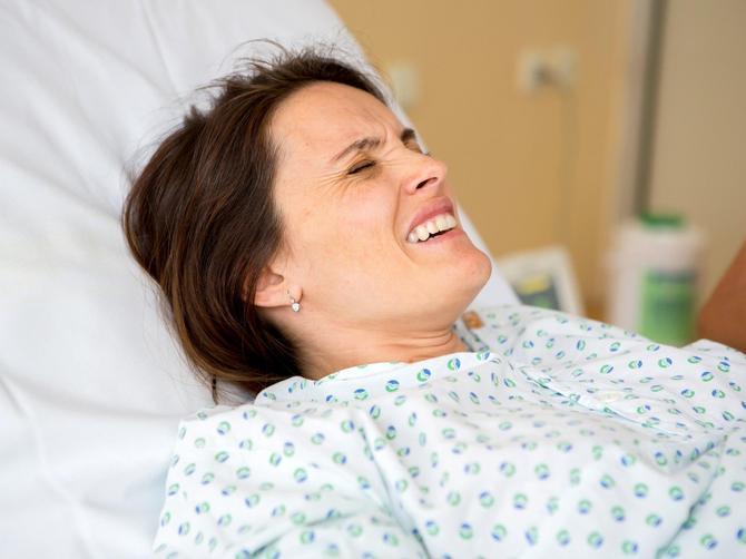 Lekari NISU STIGLI da porode ovu ženu, pa je to uradio njen muž na HODNIKU BOLNICE i BEBA je sama izletela iz stomaka (UPOZORENJE - uznemiravajuć video)