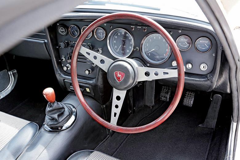 Kokpit prawie jak w Ferrari: drewniana kierownica i całkiem pokaźna kolekcja zegarów. Czerwone pole obrotomierza zaczyna się przy 7 tys.