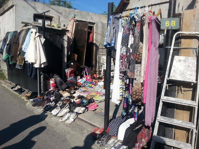 Ovde se, tvrde, prodaju nove stvari, a najskuplja haljina bila je 1.500 dinara.