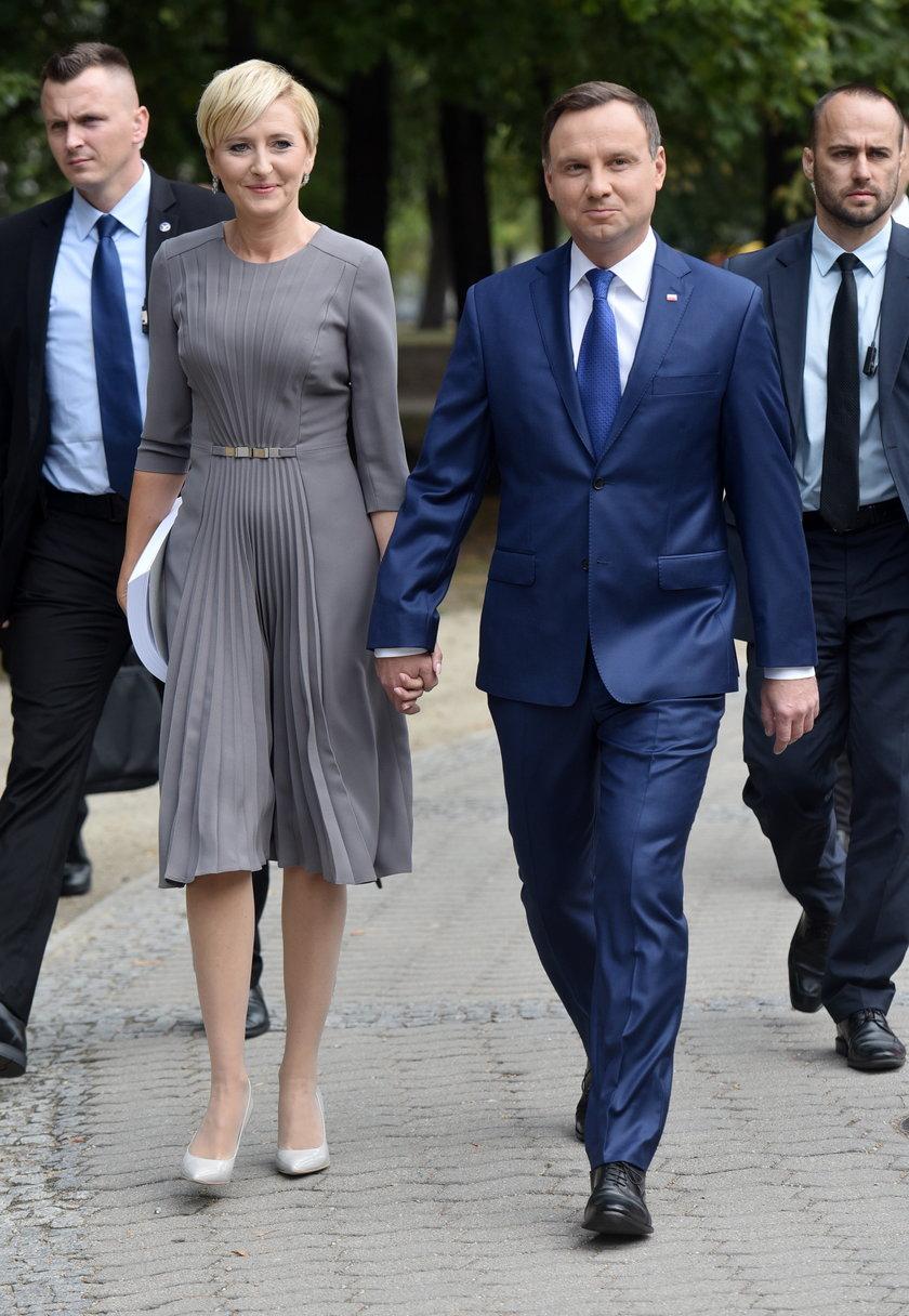 Agata Duda w szarej sukience marki Modesta