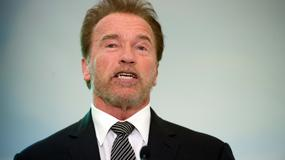 Arnold Schwarzenegger śpi na ulicy pod własnym pomnikiem