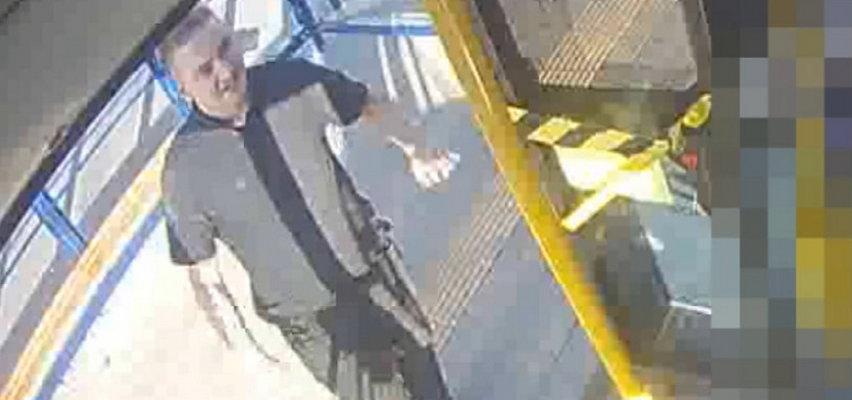 Poznajesz tego człowieka? Uderzył obcokrajowca w autobusie, a potem opluł kierowcę i uderzył go śmietnikiem [FILM]