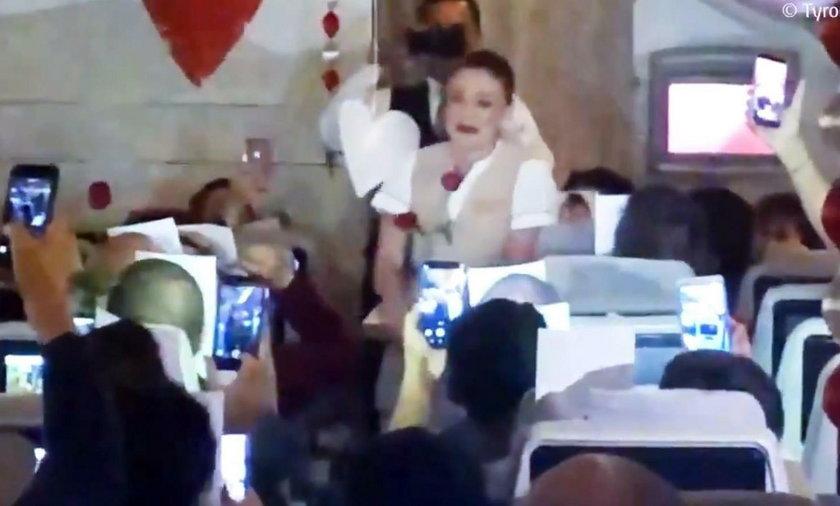Oświadczyny dla pokładzie samolotu Emirates. Stewardessa płakała