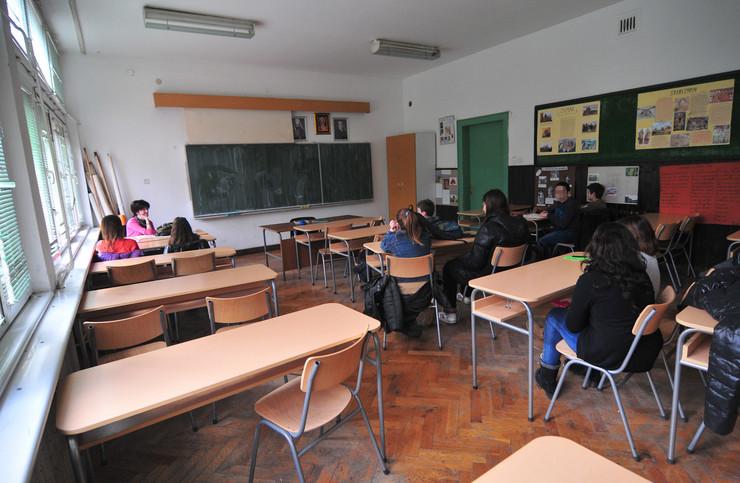 Novi Sad 4877 prazne klupe u skolama ucionica deca djaci osnovna skola foto Robert Getel a