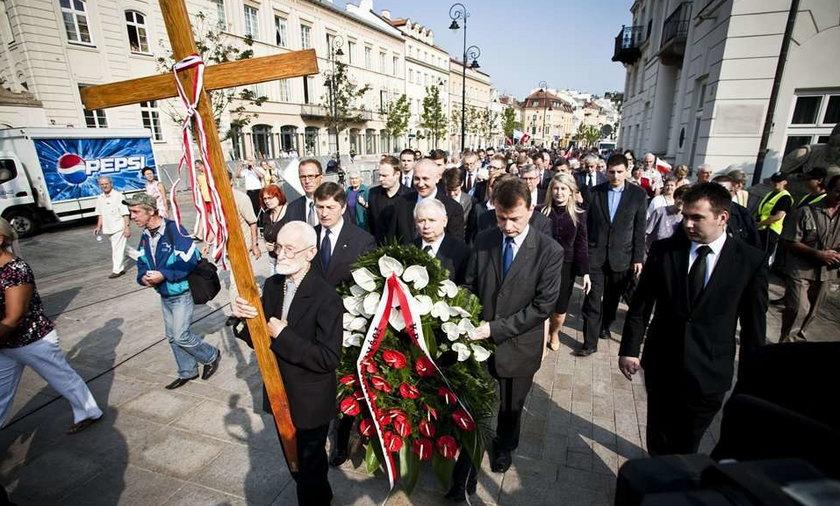 kaczyński złożył kwiaty pod pałacem prezydenckim