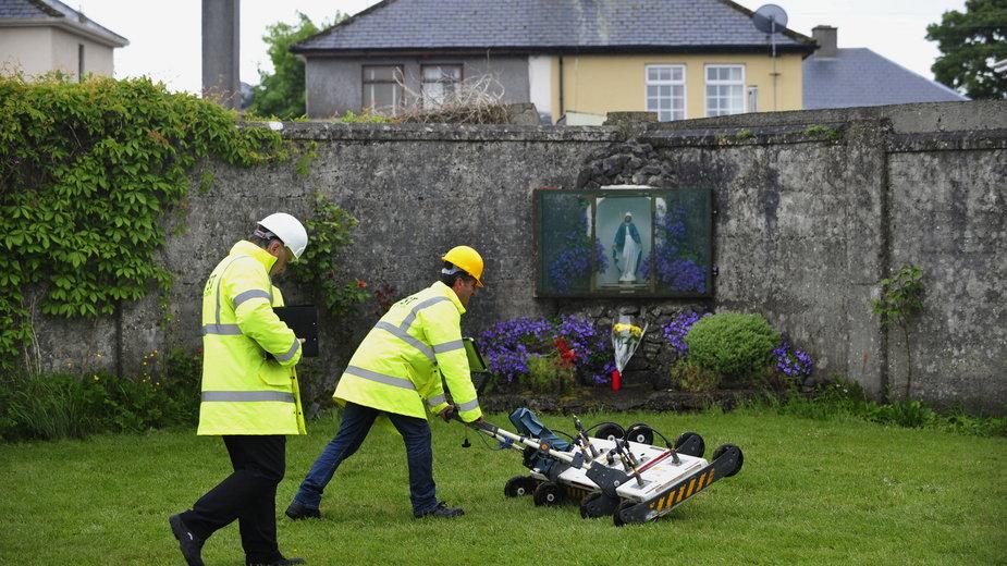 Poszukiwania masowych grobów dzieci w dawnym miejscu domu samotnej matki w Irlandii