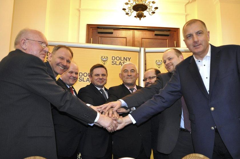 Politycy po podpisaniu umowy