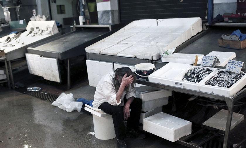 Zamknięte greckie banki i kolejki do bankomatów