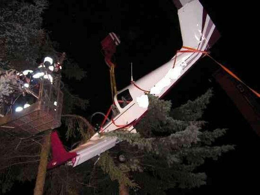 Będą zarzuty dla pilota, który lądował na drzewie?