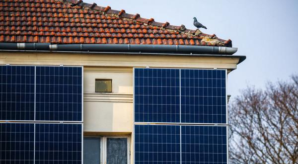 Zakup i montaż urządzeń takich jak pompa ciepła czy instalacja fotowoltaiczna nie wiąże się już z tak dużymi kosztami jak kiedyś – są dostępne niemal na każdą kieszeń, a inwestycja w odnawialne źródła energii pozwala na znaczne oszczędności na rachunkach za ogrzewanie