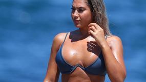 Apetyczna Noni Janur w skąpym bikini wdzięczy się na plaży. Gorące zdjęcia!