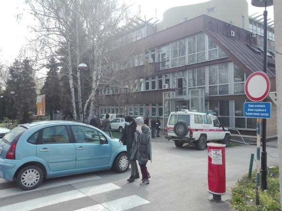 Pacijenti ispred Doma zdravlja u Valjevu