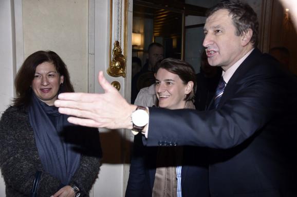 Premijerka Ana Brnabić sa Dejanom Savićem na premijeri predstave