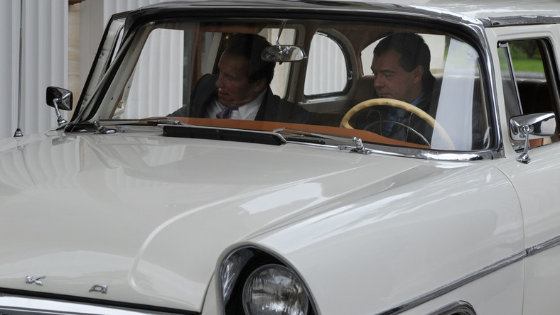 Arnold Schwarzenegger i Dmitrij Miedwiediew w należącej do gospodarza zabytkowej Czajce.