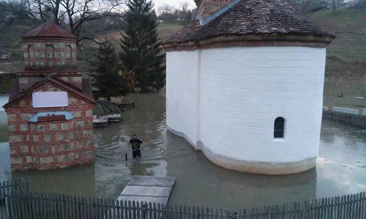 Gracanica dvoriste poplava_foto Istinoljublje