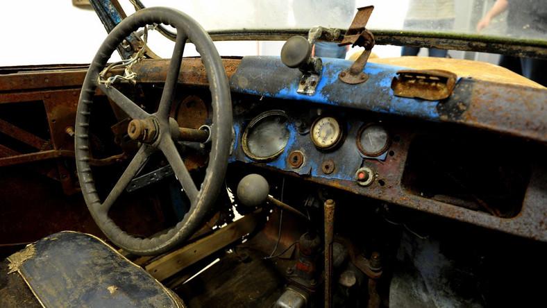 Stoewer Greif Junior, to kabriolet który ma już ponad 80 lat. Auto w pierwszych dniach grudnia będzie można zobaczyć na wystawie w Muzeum Historii Ziemi Kamieńskiej. Oprócz samego pojazdu, na ekspozycji pojawią się także informacje o tym konkretnym egzemplarzu i o samej fabryce Stoewera, która go wyprodukowała. A historia jest bardzo ciekawa...