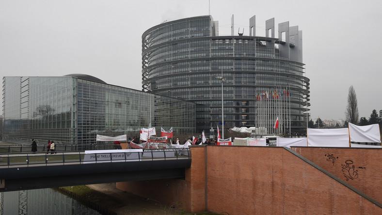 Przed Parlamentem Europejskim w Strasburgu, gdzie ma się odbyć debata w sprawie przestrzegania praworządności w Polsce, trwa pikieta zwolenników rządu. Około 200 osób przyjechało autobusami z Polski i Niemiec.