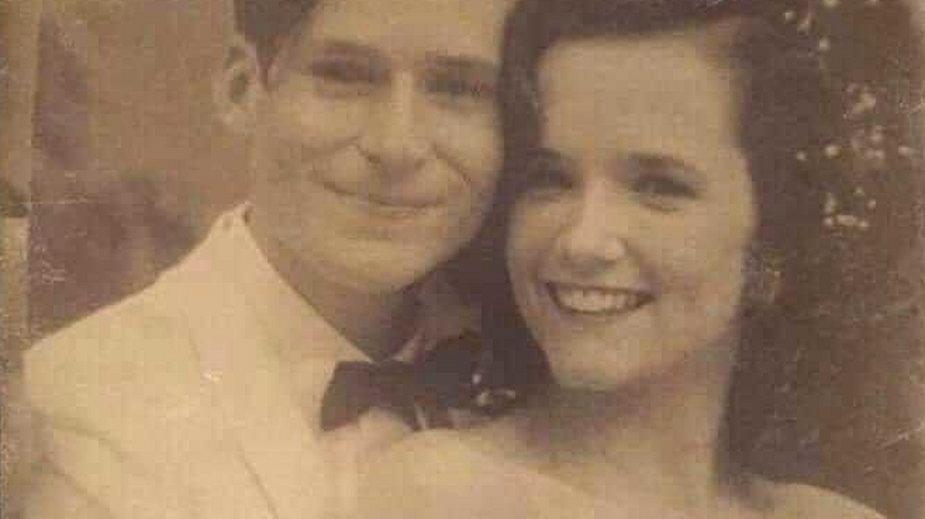 """Zdjęcie opisane jako """"Mama i Tata 1955"""" krąży po sieci"""