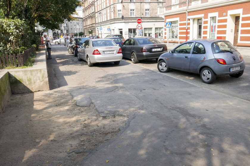 Zniszczony chodnik na Placu Miarki w Katowicach