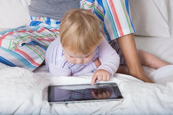 Od najranijeg uzrasta deci dajemo tablete i mobilne telefone, a to nikako nije dobro