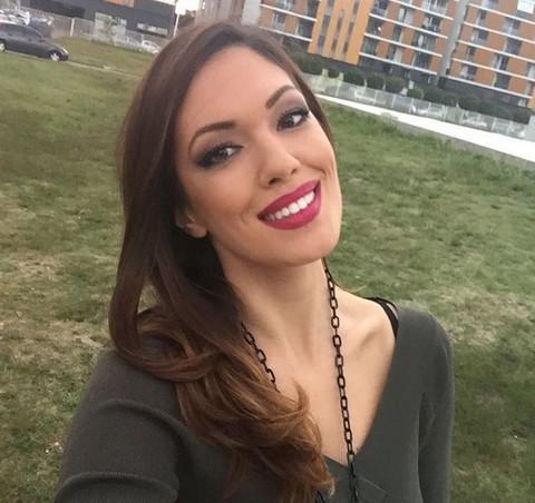 Koja je lepša: Nina Radulović ili njena sestra?