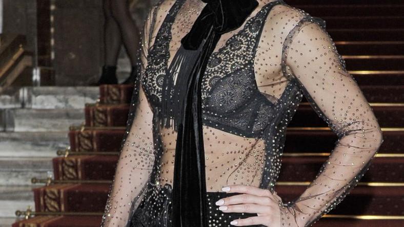 Na czarny koronkowy stanik zarzuciła totalnie prześwitującą bluzkę zdobioną kryształkami.