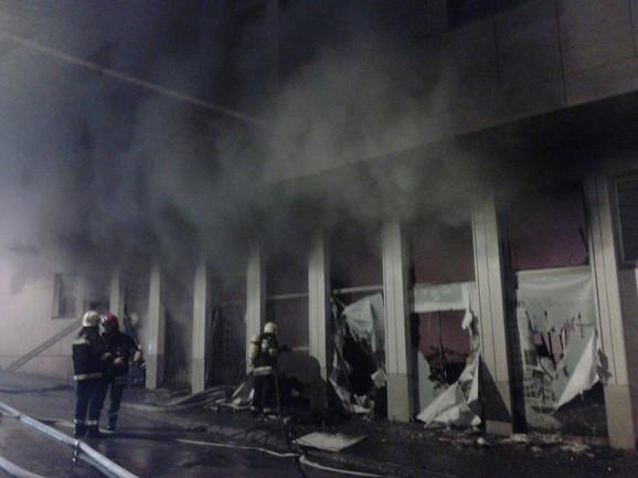 Vatrogasci ulaze u zgradu iz koje kulja dim