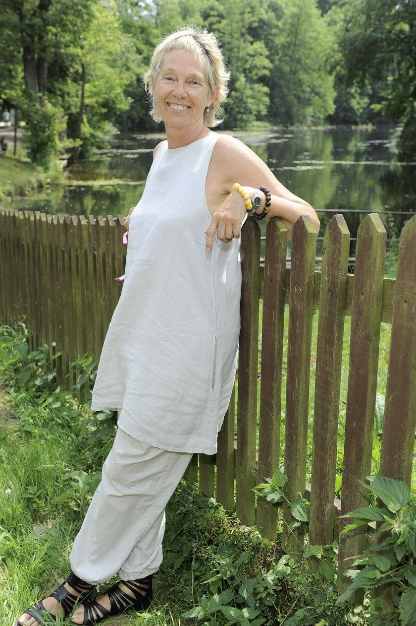 Małgorzata Braunek opiera się o płot