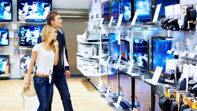 Para oglądająca telewizory w sklepie