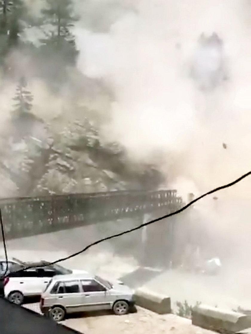 Osuwisko zniszczyło most.