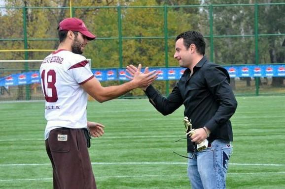 Goran Nišavić (desno)predaje nagradu legendarnom kvoterbeku Vukova, Andreju Tasiću (arhivska fotografija)