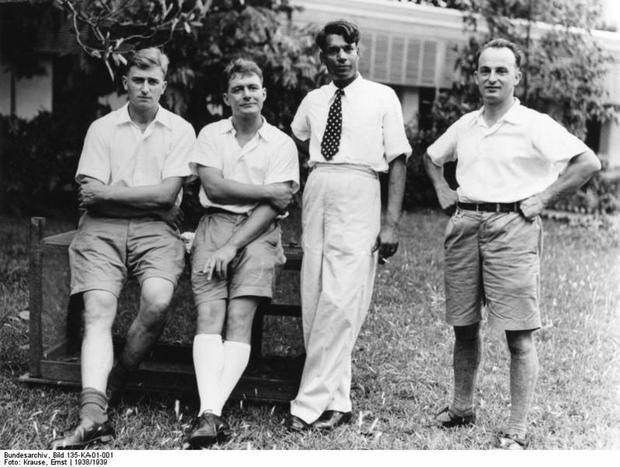 Od lewej Bruno Beger i Ernst Schäfer, a z prawej Ernst Krauze