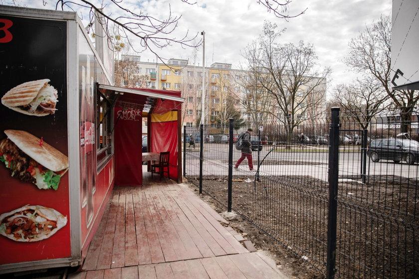 Budowlany absurd w Warszawie. By dojść do ulicy, trzeba przejść przez bar z kebabem