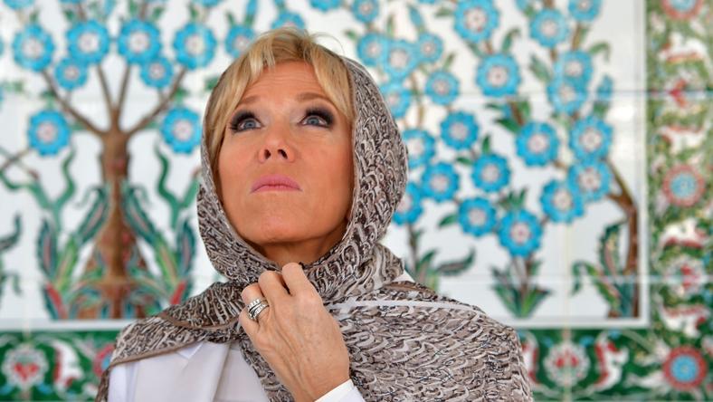 Brigitte Macron w meczecie - w chuście i bez butów
