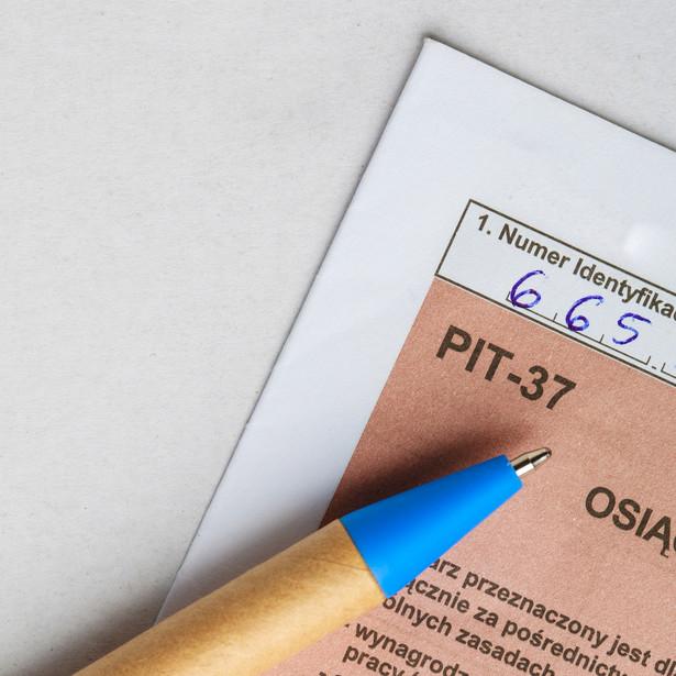 Wstępnie wypełnione zeznanie polega na tym, że urząd skarbowy uzupełnia PIT pracownika o dane finansowe (przychody, koszty, pobrane składki i zaliczki), które przekazał wcześniej fiskusowi pracodawca.