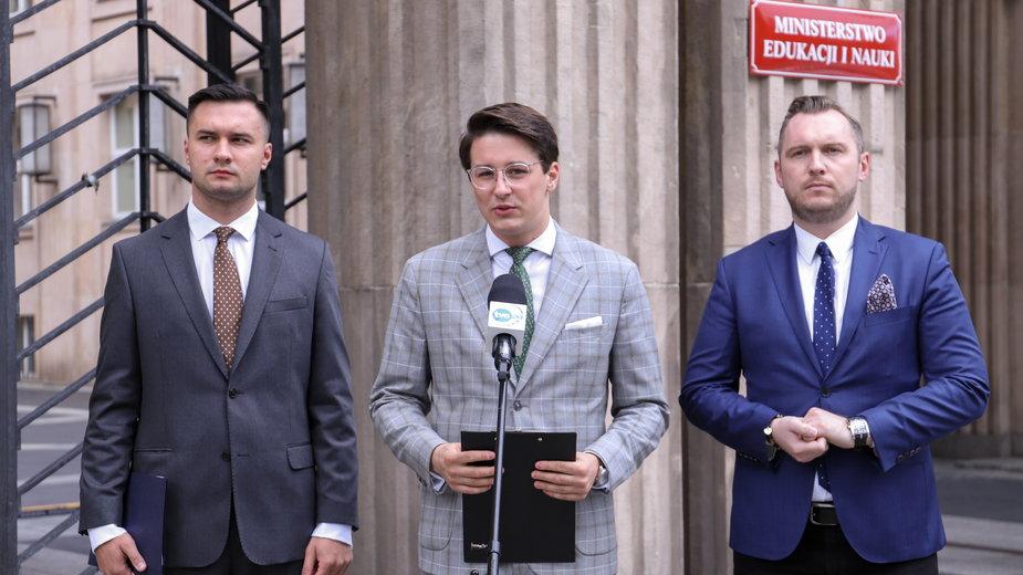 Jakub Lewandowski, Aleksander Wencel, Konrad Wojnarowski podczas konferencji przed MEiN