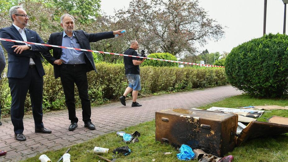 Minister zdrowia Adam Niedzielski oraz dyrektor PSSE Zamość Stanisław Jaślikowski przy podpalonym budynku