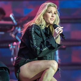 Ellie Goulding odsłania nogi na koncercie. Pięknie?