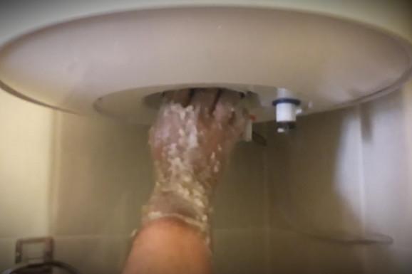 Krenuo je da čisti bojler i zanemeo od ŠOKA kada je video šta je sve pronašao u njemu (VIDEO)