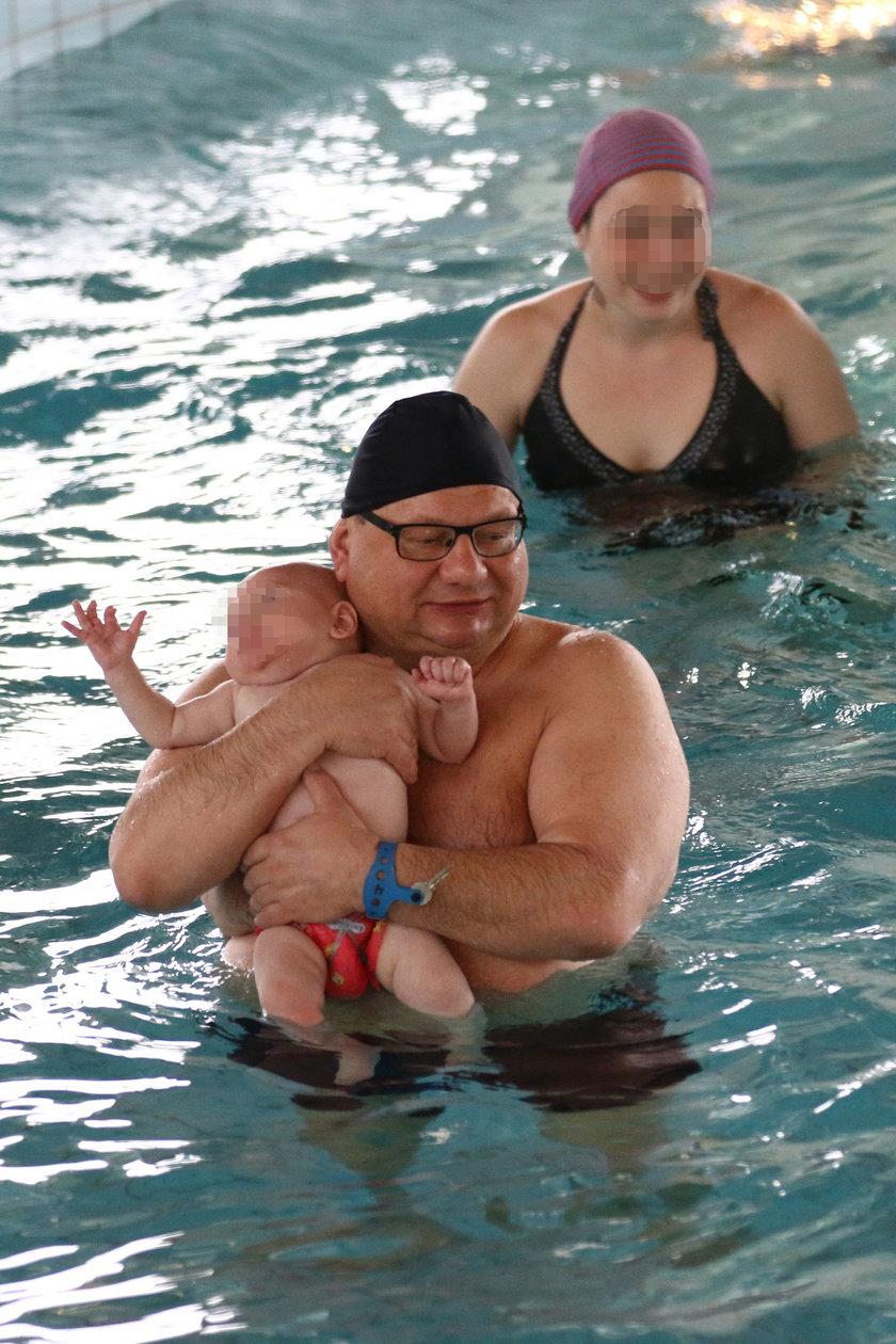 Ryszard Kalisz z rodziną na basenie