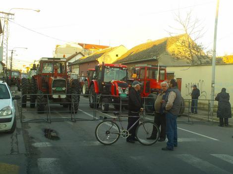 Policija je postavila ogradu u nastojanju da blokira put traktorima