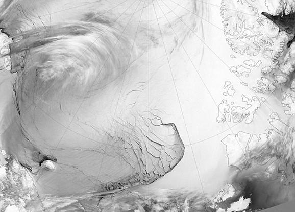 Na snimku je uhvaćen deo ledenog pokrivača na severnoj Aljasci sa pukotinama