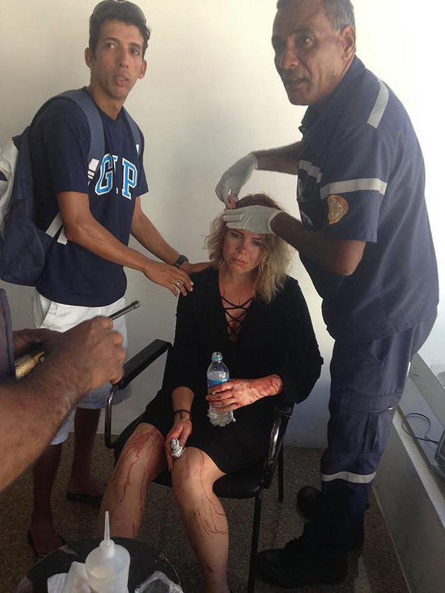 Posada pruža prvu pomoć povređenoj koleginici