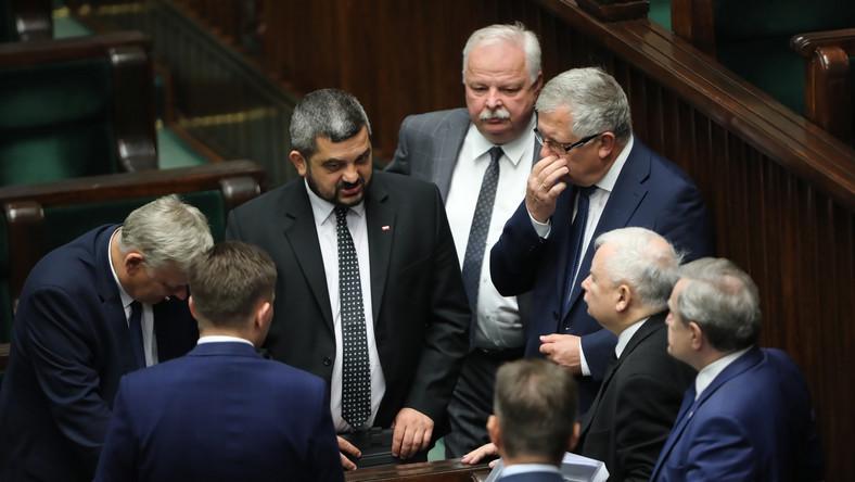 Prezes PiS Jarosław Kaczyński (2P) i posłowie PiS Krzysztof Sobolewski (2L) i Leonard Krasulski (4P)