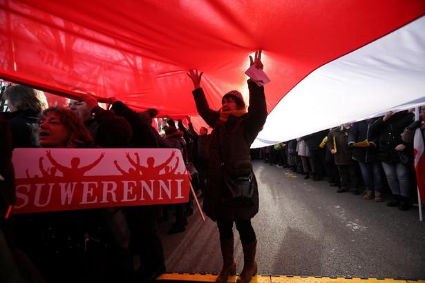 """Demonstracja poparcia dla reformy wymiaru sprawiedliwości - zorganizowana przez Kluby """"Gazety Polskiej"""" - rozpoczęła się od modlitwy i odśpiewania hymnu."""