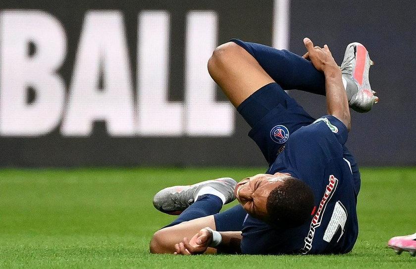 Młody napastnik Paris Saint-Germain doznał kontuzji 24 lipca w finale Pucharu Francji, po brutalnym faulu kapitana przeciwników Loica Perrina (35 l.)