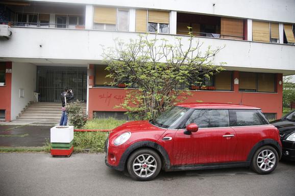 Automobill ispred Lukine zgrade