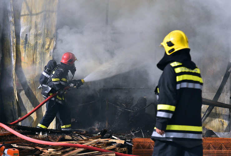 Novi Sad232 Pozar  vatrogasci  Mas promet veternik foto Nenad MIhajlovic